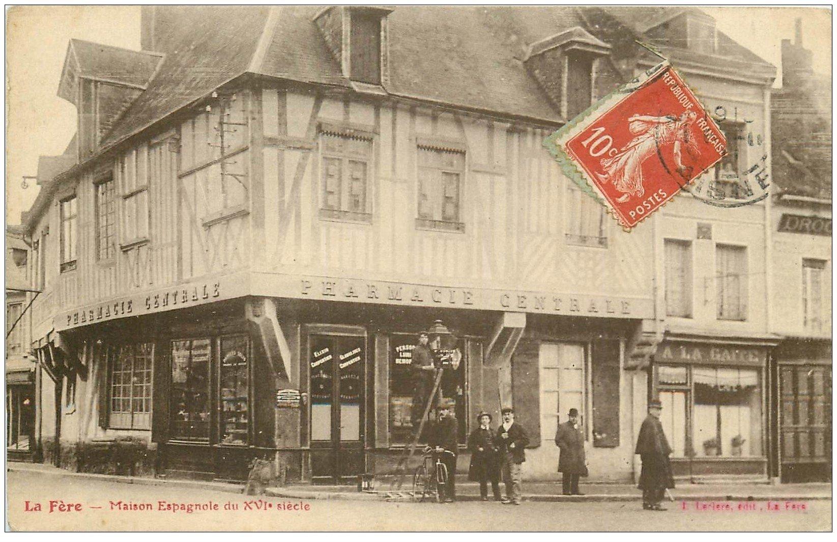 carte postale ancienne 02 LA FERE. Maison Espagnole 1911. Pharmacie Centrale et nettoyeur de luminaires