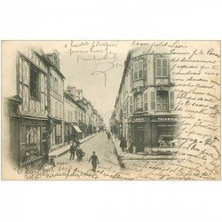 carte postale ancienne 89 SENS. Chaussures et Pharmacie Rue de la République 1903.