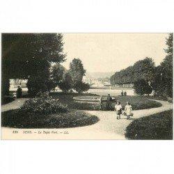 carte postale ancienne 89 SENS. Ecolières sur le Tapis Vert