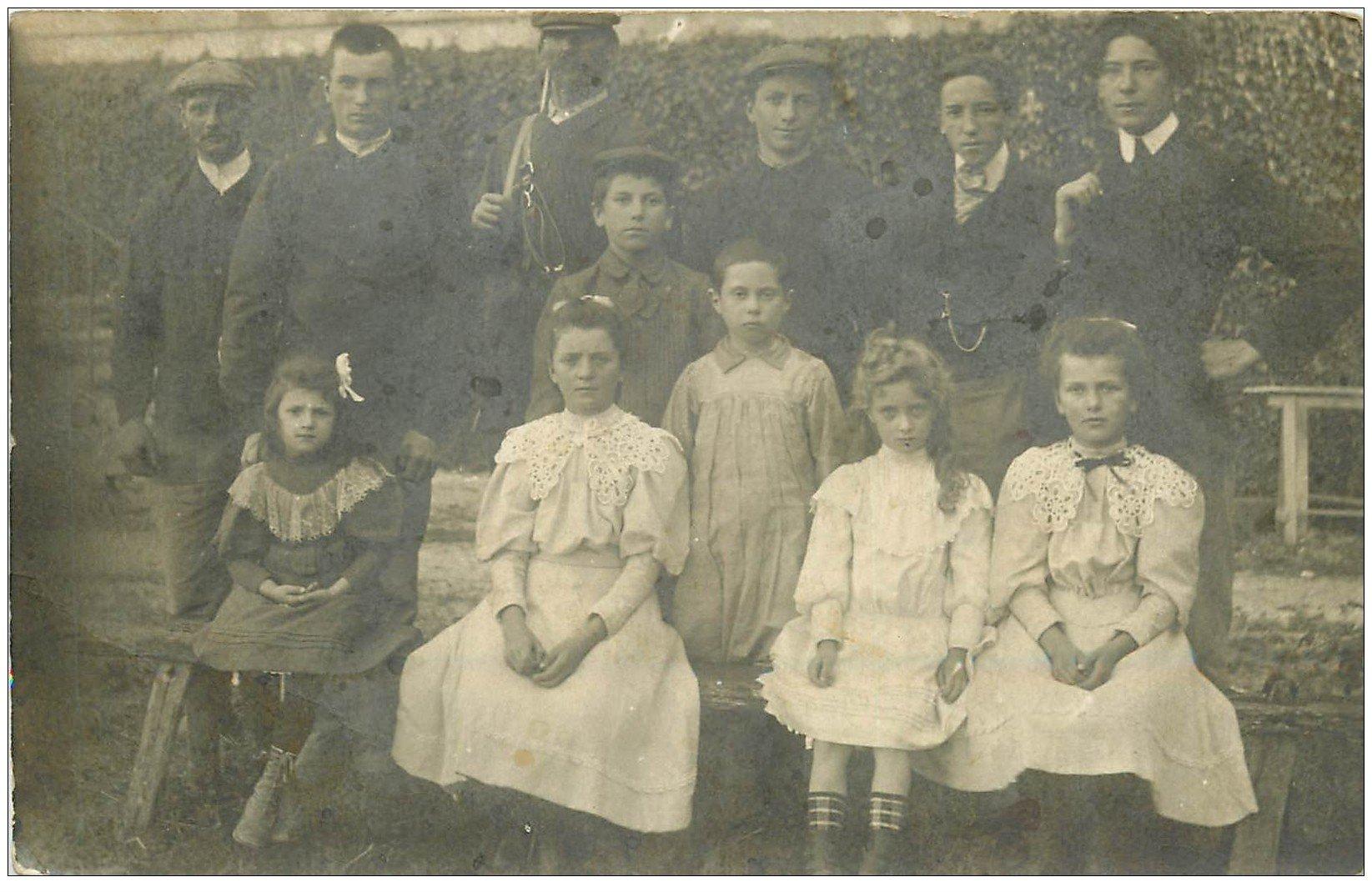 carte postale ancienne 89 TONNERRE. Carte Photo d'une Famille avec un Chasseur ou Garde Chasse 1907