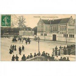 carte postale ancienne 89 TONNERRE. Ecole Communale des Filles 1912 avec revue Gendarmes Cavaliers