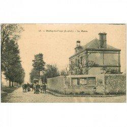 carte postale ancienne 91 BOULLAY LES TROUX. Paysannes et Vaches devant la Mairie