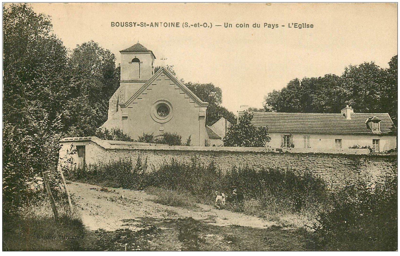 carte postale ancienne 91 BOUSSY SAINT ANTOINE. Personnage et son Chien près de l'Eglise