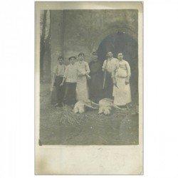 91 CORBEIL ESSONNES. Les Abattoirs superbe et rare Photo Carte Postale 1911 avec Garçons Bouchers et Cochons à terre