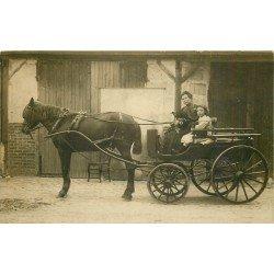 Superbe et rare Photo carte postale d'une Femme en Attelage avec Fillette et Chiens vers 1910