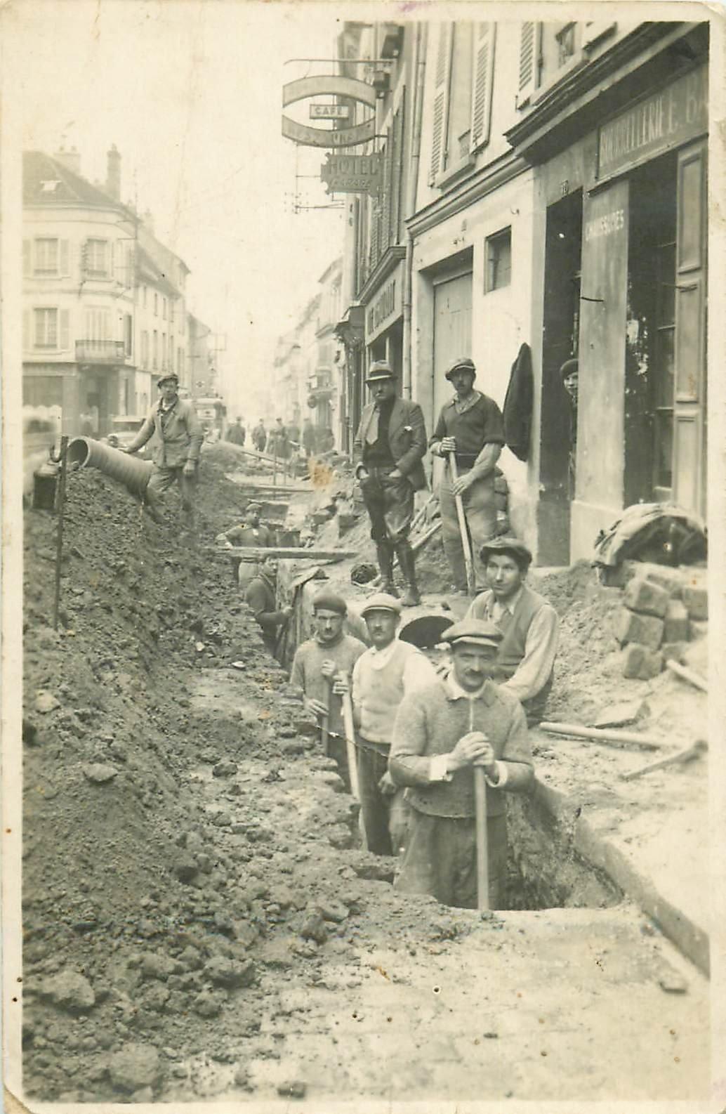 02 CHARLY SUR MARNE. Ouvriers Terrassiers creusant pour pose de canalisations. Rare Photo Carte Postale