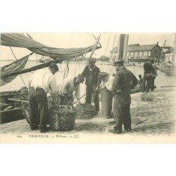14 TROUVILLE. Pêcheurs sur le Quai. Métiers de la Mer Poissons et Crustacés et Bateau de Pêches