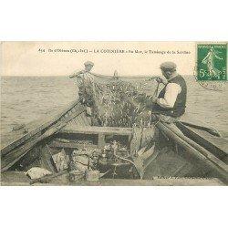 17 ILE D'OLERON. La Cotinière. En Mer le tamisage de la Sardine 1913 Pêcheurs et Poissons