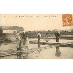 56 CARNAC. Salines du Bréno. Paludiers et Paludières rammassant le Sel 1928