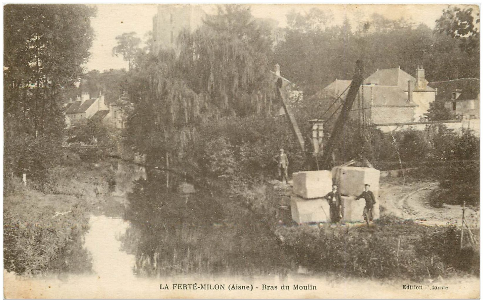 carte postale ancienne 02 LA FERTE-MILON. Transport de pierres Bras du Moulin 1918
