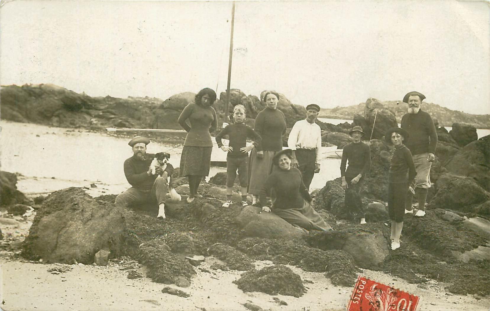 76 LE TREPORT. Pêcheurs et Pêcheuses de Poissons et Crustacés. Photo carte postale vers 1909