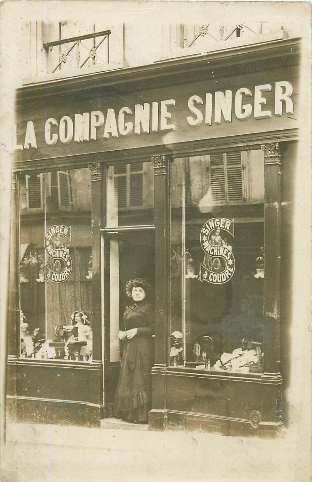 superbe et rare photo carte postale d 39 un magasin de la compagnie singer en vitrine poup e en. Black Bedroom Furniture Sets. Home Design Ideas