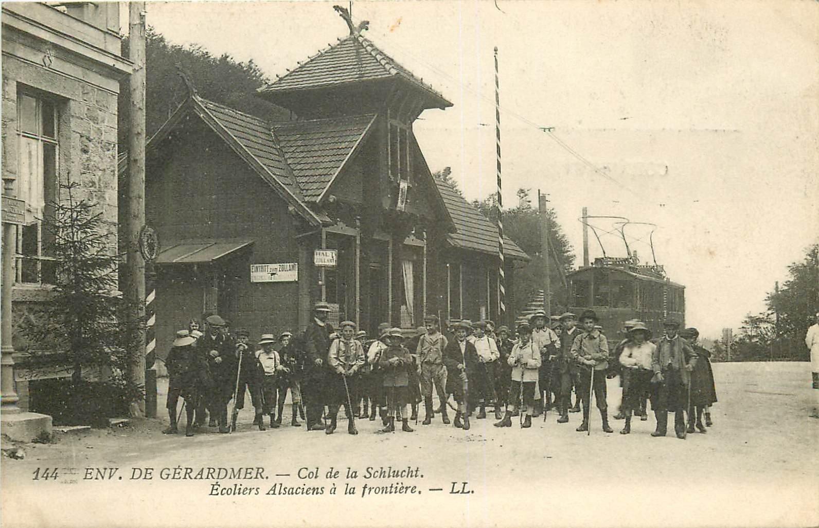 88 COL DE LA SCHLUCHT. Ecoliers à la Frontière devant Train Tramway électrique