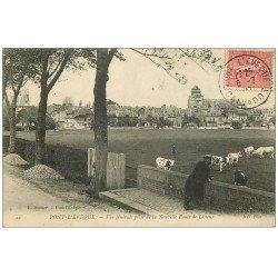 carte postale ancienne 14 PONT-L´EVÊQUE. Curieux regardant les Vaches route de Lisieux 1907