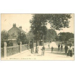carte postale ancienne 14 RIVA-BELLA. Cyclistes Avenue du Port