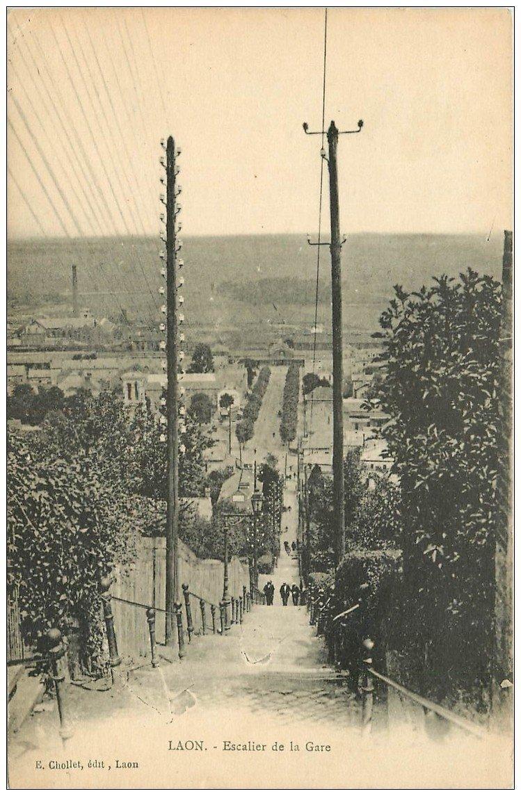 carte postale ancienne 02 LAON. Les Escaliers de la Gare et poteaux électriques