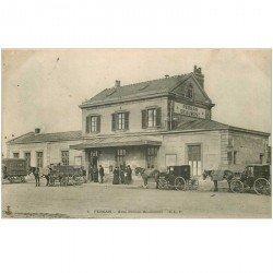 carte postale ancienne K. 95 PERSAN. Gare Persan-Beaumont 1905. Fiacres et attelage Déménagements et Teinturerie