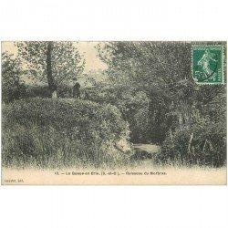 carte postale ancienne 94 LA QUEUE EN BRIE. Personnage près du Ruisseau du Morbras 1908