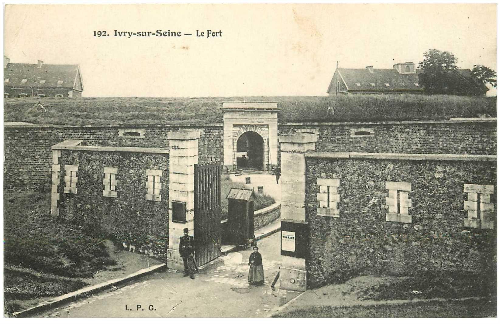 carte postale ancienne 94 IVRY SUR SEINE. Le Fort avec Sentinelle