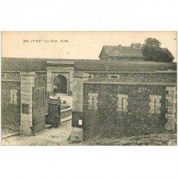 carte postale ancienne 94 IVRY SUR SEINE. Le Fort avec Militaire