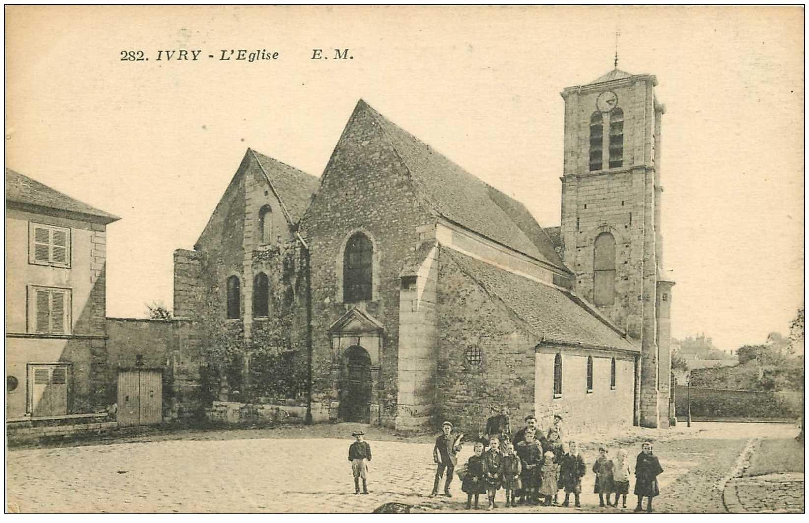 carte postale ancienne 94 IVRY SUR SEINE. Eglise animation sur le Parvis