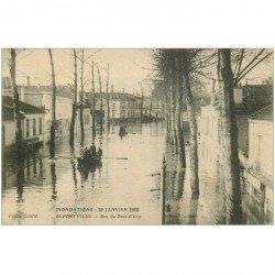 carte postale ancienne 94 ALFORTVILLE. Crue 1910. Embarcations rue du Pont d'Ivry