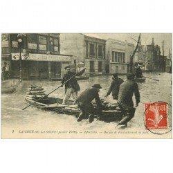 carte postale ancienne 94 ALFORTVILLE. Crue 1910. Barque de Ravitaillement en pain