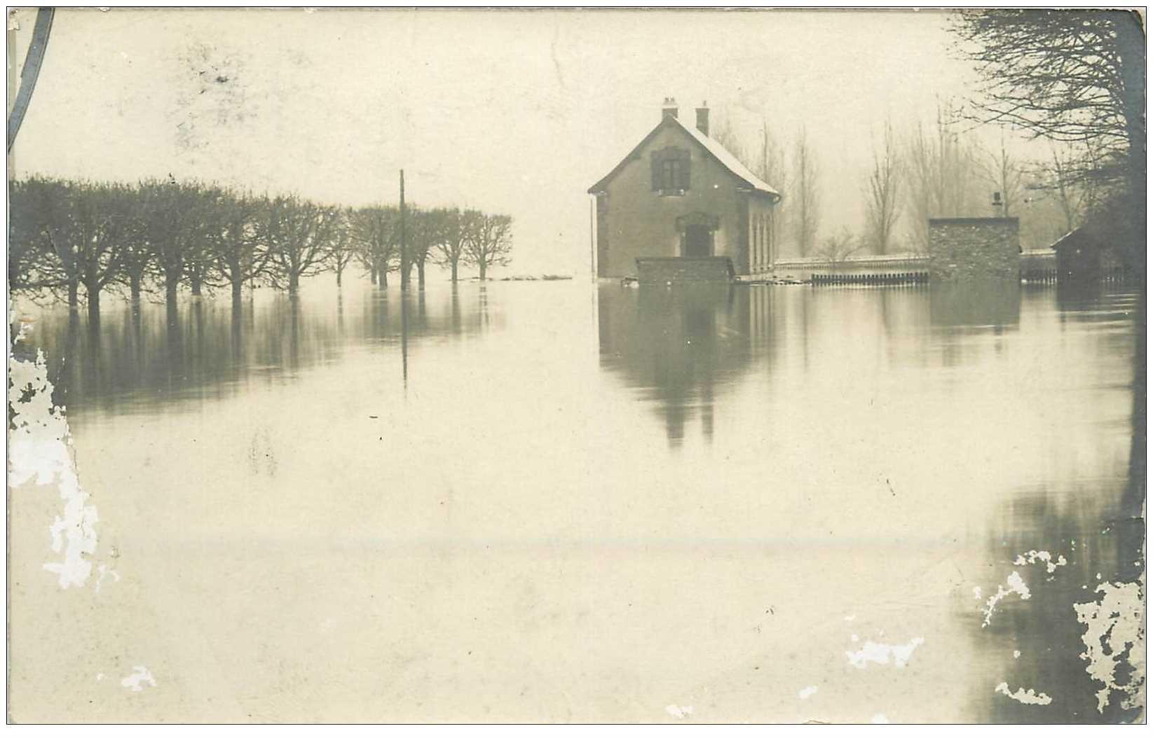 carte postale ancienne Inondation et Crue de 1910. COLOMBES 92. Carte Photo. Etat moyen...