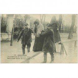 carte postale ancienne Inondation et Crue de 1910. ASNIERES 92. Sauvetage d'une Sexagenaire
