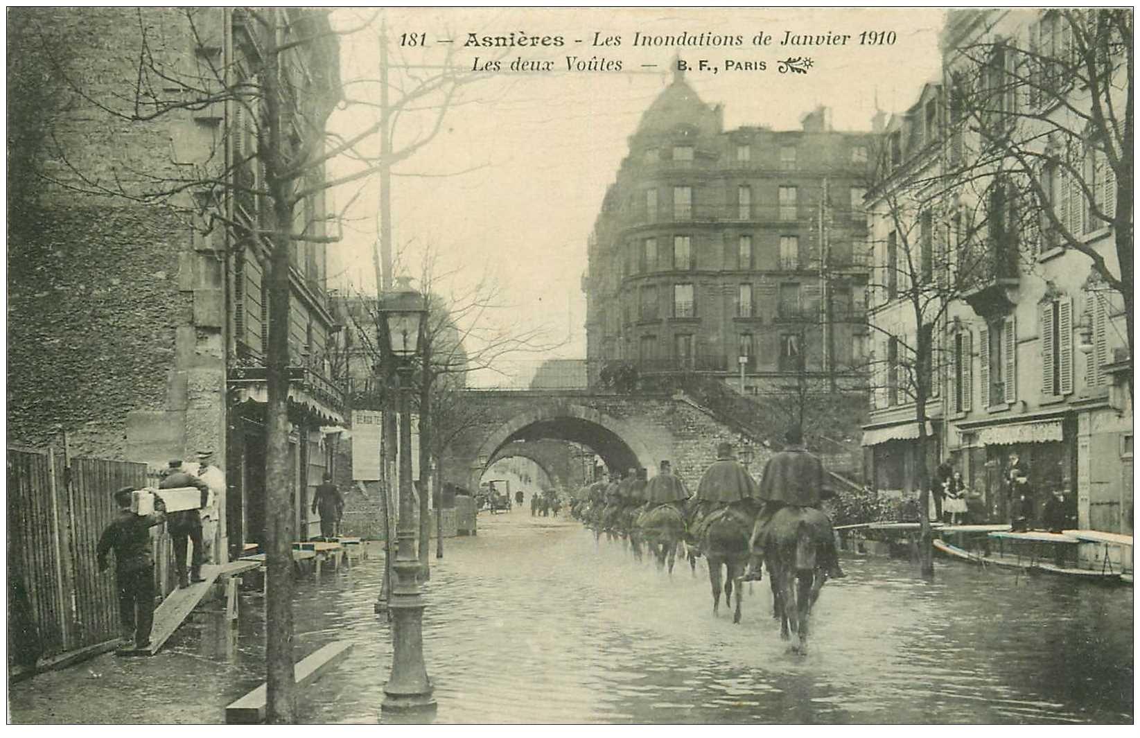 carte postale ancienne Inondation et Crue de 1910. ASNIERES 92. Les Deux Voûtes Cavaliers Militaires