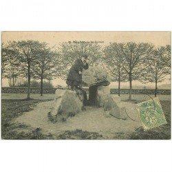 carte postale ancienne 92 MEUDON. Personnage sur le Dolmen 1907