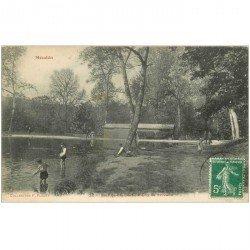 carte postale ancienne 92 MEUDON. Bois Clamart. Pêche à l'Ecrevisse Etang de Trivaux vers 1910