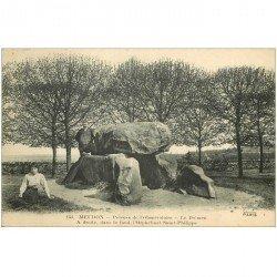 carte postale ancienne 92 MEUDON. Bois Clamart. Dolmen sur la Pelouse de l'Observatoire. Au fond Orphelinat Saint Philippe 1913