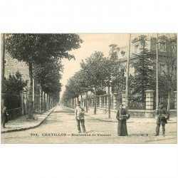 carte postale ancienne 92 CHATILLON. Factrice et Facteurs avec leur sacoches en bois et cuir Boulevard de Vanves