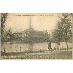 carte postale ancienne 94 CHARENTON. Bois de Vincennes. Pavillon des Bois et Forêts vers 1900. photographe et son chien...