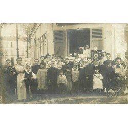 93 MONTREUIL SOUS BOIS. Rassemblement devant un Commerce rue Alexis Pesnon. Photo carte postale ancienne et rare