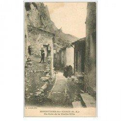 carte postale ancienne 04 MOUSTIERS-SAINTE-MARIE. Coin de la Vieille Ville bien animé