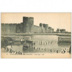 carte postale ancienne 30 AIGUES-MORTES. Remparts et barques de Pêcheurs