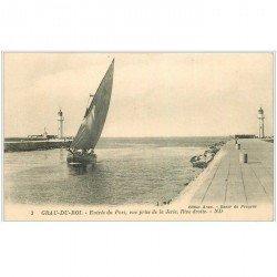 carte postale ancienne 30 LE GRAU DU ROI. Entrée du Port et Jetée