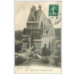 carte postale ancienne 30 LE PONT DU GARD. Superbe animation à la coupure du Pont 1910