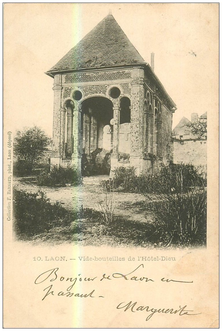 carte postale ancienne 02 LAON. Vide bouteilles de l'Hôtel Dieu 1903