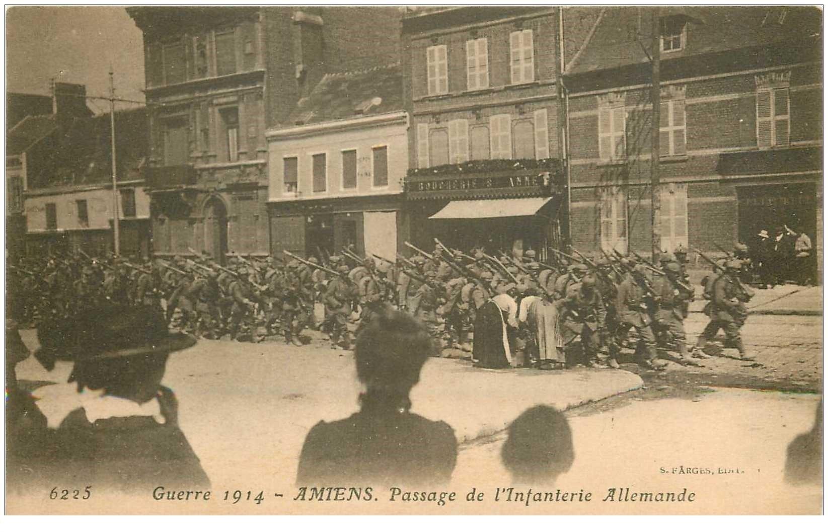 carte postale ancienne 80 AMIENS. Passage Infanterie allemandes devant la Boucherie Soldats Guerre 1914-18