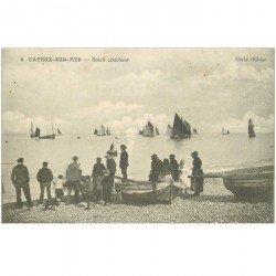 carte postale ancienne 80 CAYEUX SUR MER. Bateaux de Pêcheurs au Soleil couchant