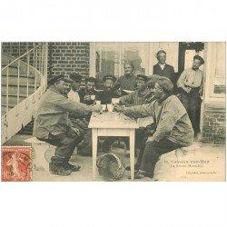 carte postale ancienne 80 CAYEUX SUR MER. Rare la bonne Bistouille 1911. Poissons et Crustacés métiers de la Mer Pêcheurs