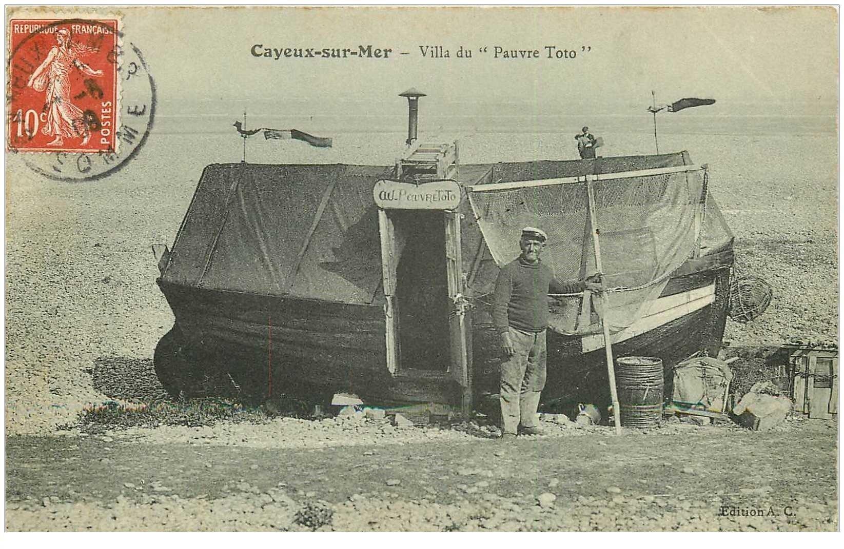 carte postale ancienne 80 CAYEUX SUR MER. Villa du Pauvre Toto 1909 une barque tranformée en habitation.