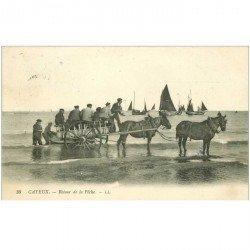carte postale ancienne 80 CAYEUX-SUR-MER. Attelage Chevaux en attente du retour de Pêches. Bateaux de Pêcheurs