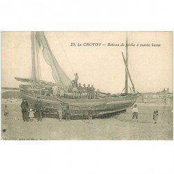 carte postale ancienne 80 LE CROTOY. Bateau de Pêche à marée basse. Poissons et Crustacés