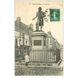 carte postale ancienne 80 MONTDIDIER. Enfant au pied Statue Parmentier et Boucherie