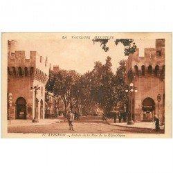 carte postale ancienne 84 AVIGNON. Gendarme à l'Entrée de la Rue de la République