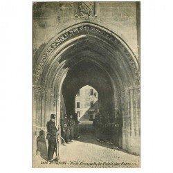 carte postale ancienne 84 AVIGNON. Porte principale du Palais des Papes avec Sentinelles Militaires